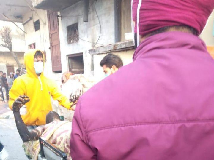 शनिवार सुबह खुद को आग लगाने से गंभीर रूप से झुलसे व्यक्ति को अस्पताल ले जाते लोग। - Dainik Bhaskar