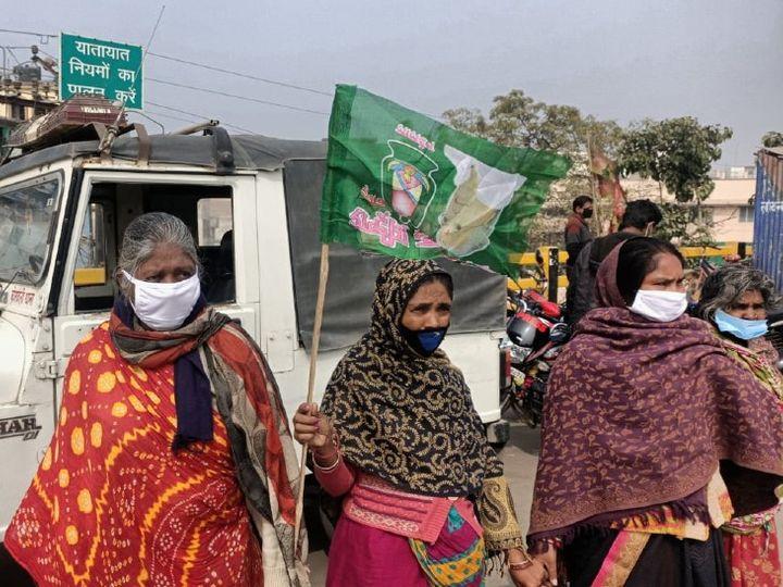 राजद का उल्टा झंडा अपने हाथ में लेकर खड़ी थी महिला। - Dainik Bhaskar