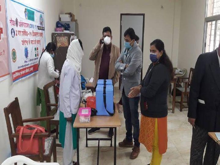 शहर के एक सेंटर्स पर पहुंचे जिला टीकाकरण अधिकारी डॉक्टर शत्रुघन दाहिया। - Dainik Bhaskar