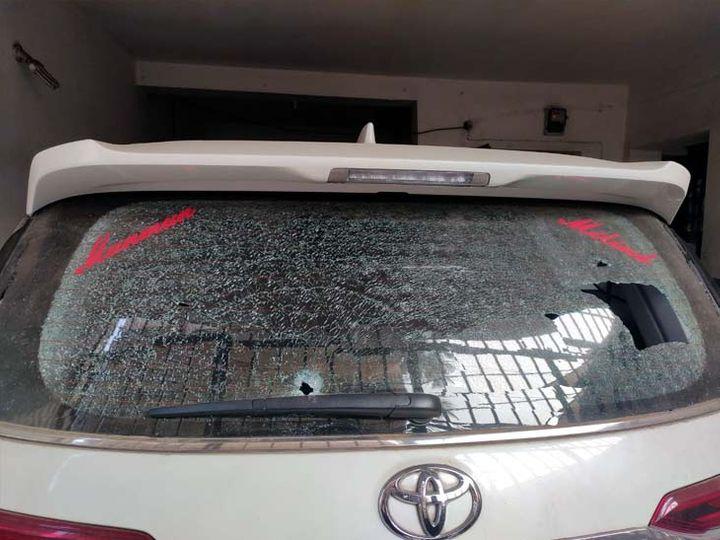 फायरिंग से क्षतिग्रस्त कार के शीशा। - Dainik Bhaskar