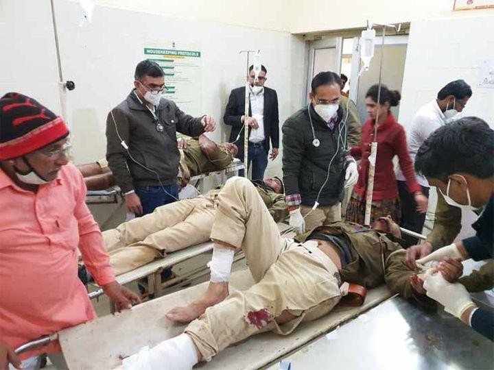 तस्कर का पीछा करने के दौरान जीप पलटने से घायल पुलिसकर्मियों को ओसियां के अस्पताल में चलता इलाज। फोटो रोहित सोनी, ओसियां - Dainik Bhaskar