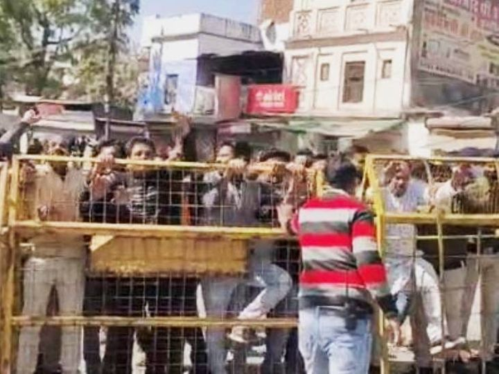 सीएम शिवराज सिंह के सागर पहुंचते ही कांग्रेसियों ने विरोध शुरू कर दिया। इन्हें पुलिस ने रोका। - Dainik Bhaskar