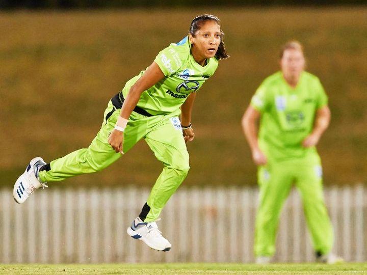 साउथ अफ्रीका की तेज गेंदबाज शबनीम इस्माइल ने अपना 100वां शिकार पाकिस्तानी ओपनर आएशा जफर को बनाया। उन्होंने पाकिस्तान के खिलाफ डरबन मैच में 2 विकेट लिए। -फाइल फोटो - Dainik Bhaskar