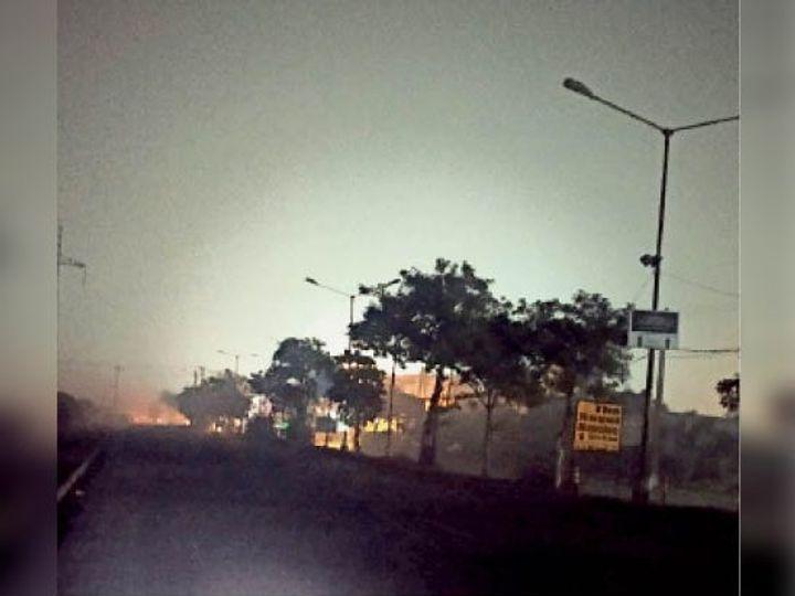 सेक्टर 29 बाईपास पर एक रो में लगीं स्ट्रीट लाइट, जोकि खराब पड़ी हैं। - Dainik Bhaskar