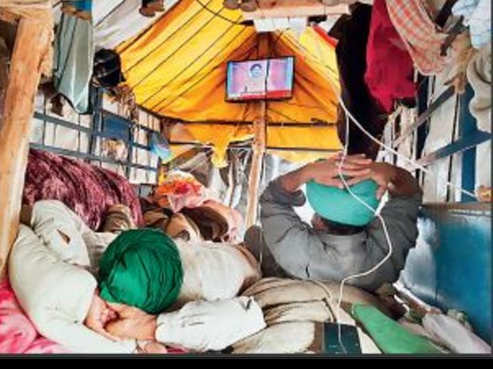 कुंडली बॉर्डर पर ट्रॉली में लगी LED पर खबरें देखते किसान। 26 जनवरी को दिल्ली में हुई हिंसा के बाद सरकार ने किसान आंदोलन वाले कुंडली बॉर्डर पर इंटरनेट बंद कर दिया है। - Dainik Bhaskar