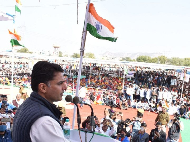 दौसा के राजेश पायलट स्टेडियम में किसान महापंचायत को संबोधित करते पूर्व डिप्टी सीएम सचिन पायलट। - Dainik Bhaskar