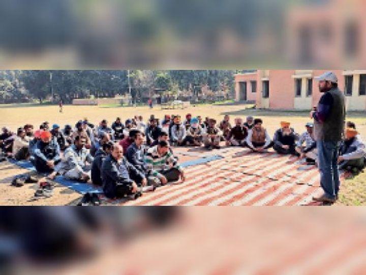 मीटिंग के दौरान रोष व्यक्त करते फेडरेशन के कर्मचारी।-भास्कर - Dainik Bhaskar