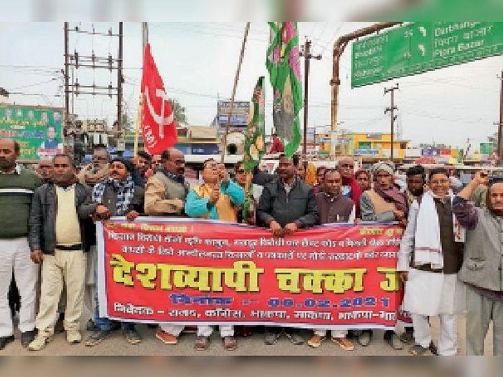 सुपौल के लोहिया नगर चौक पर चक्का जाम कर प्रदर्शन करते नेता व कार्यकर्ता। - Dainik Bhaskar