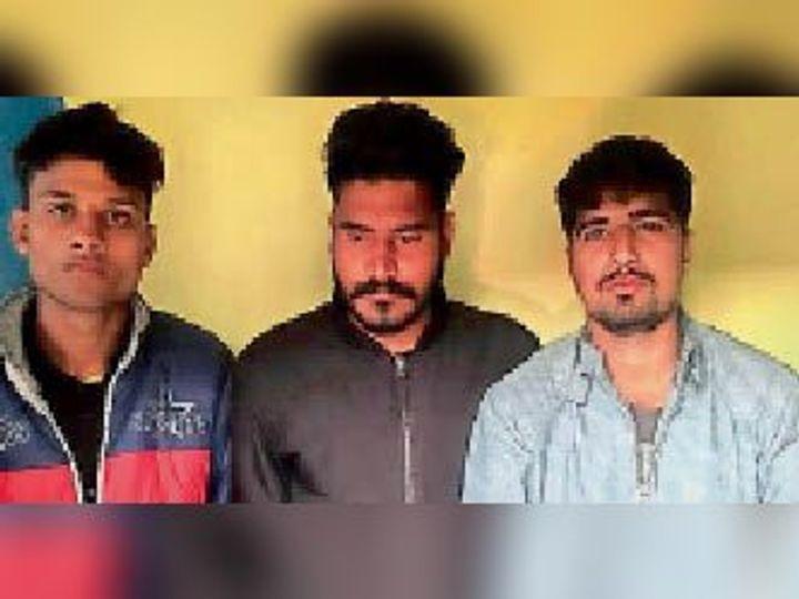 चोरी की बाइक व रिवाल्वर के साथ पकड़े आरोपी। - Dainik Bhaskar