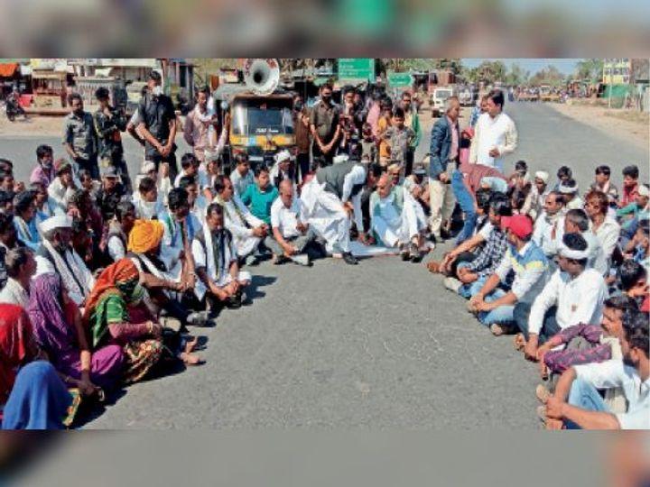 विधायक कांतिलाल भूरिया ने एक कार्यकर्ता का गमछा लेकर सड़क पर बिछा लिया और बैठ गए। - Dainik Bhaskar
