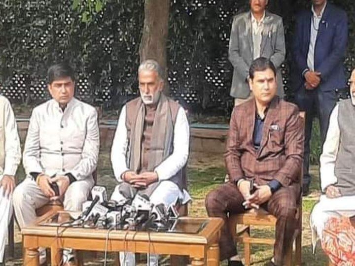 केंद्रीय राज्य मंत्री कृष्णपाल गुर्जर के आवास पर प्रेस वार्ता करते हुए। - Dainik Bhaskar