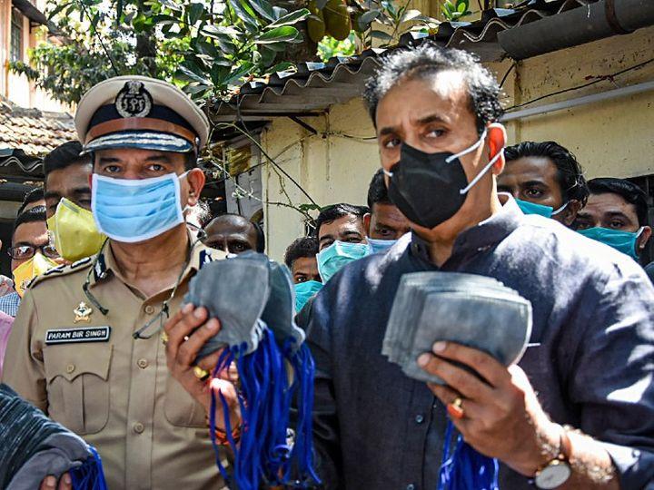 अनिल देशमुख की यह तस्वीर तब की है जब वे पुलिसकर्मियों को मास्क बांट रहे थे-फाइल फोटो। - Dainik Bhaskar