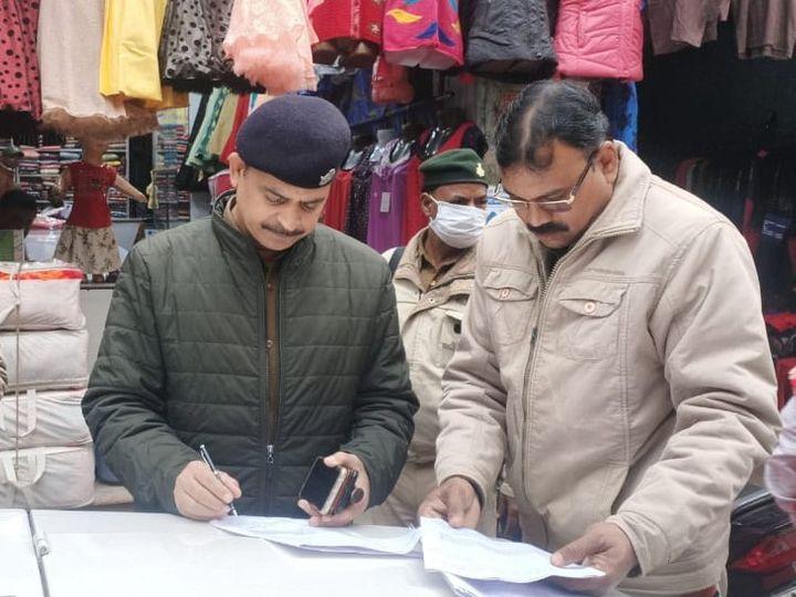 घटनास्थल पर पहुंचकर जांच में जुटी पुलिस। - Dainik Bhaskar