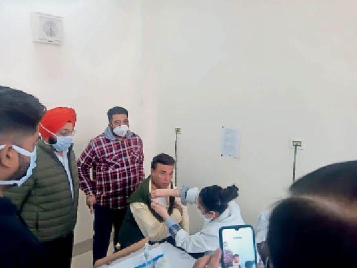 सिविल अस्पताल में कोरोना वैक्सीन लेते एसएसपी विजिलेंस परमपाल गांधी। एसएसपी ने टीका लगवाने के लिए सभी को आने को कहा।  -भास्कर - Dainik Bhaskar