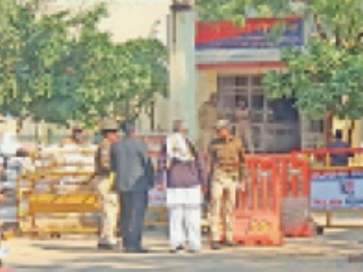 थाने के बाहर पिता व अधिवक्ता को राेकती पुलिस। - Dainik Bhaskar