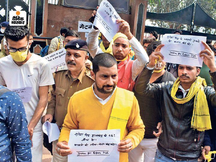 रूपेश हत्याकांड की सीबीआई जांच की मांग काे लेकर शुक्रवार को गांधी मैदान के पास प्रदर्शन करते लाेग। - Dainik Bhaskar