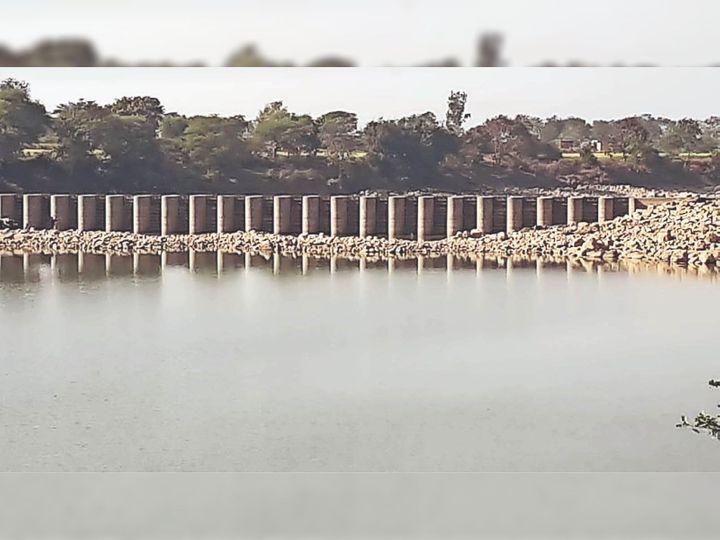 खुरई | बीना नदी पर बना एनीकट पूरी तरह खाली हो गया है, विदिशा जिले के किसान नदी से सिंचाई कर रहे हैं। - Dainik Bhaskar