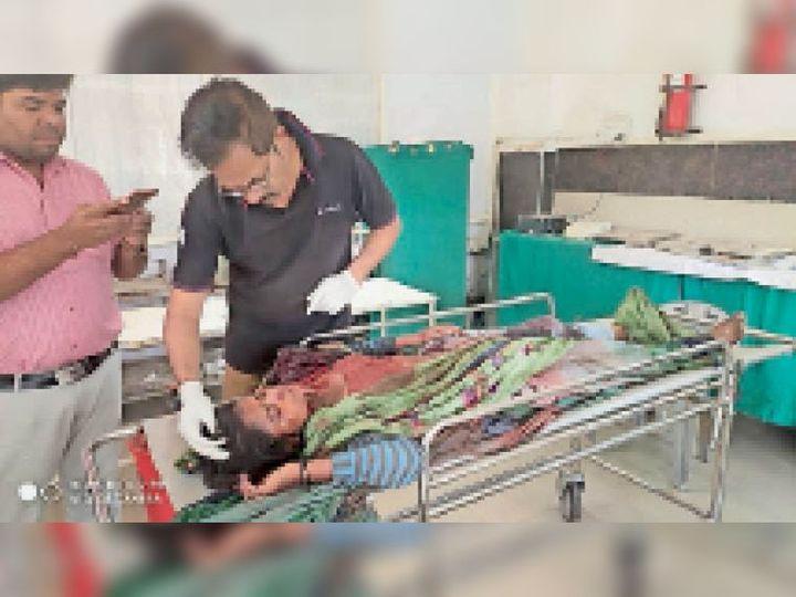 साेनकच्छ के अस्पताल में डाॅक्टर प्राथमिक उपचार करते हुए। - Dainik Bhaskar