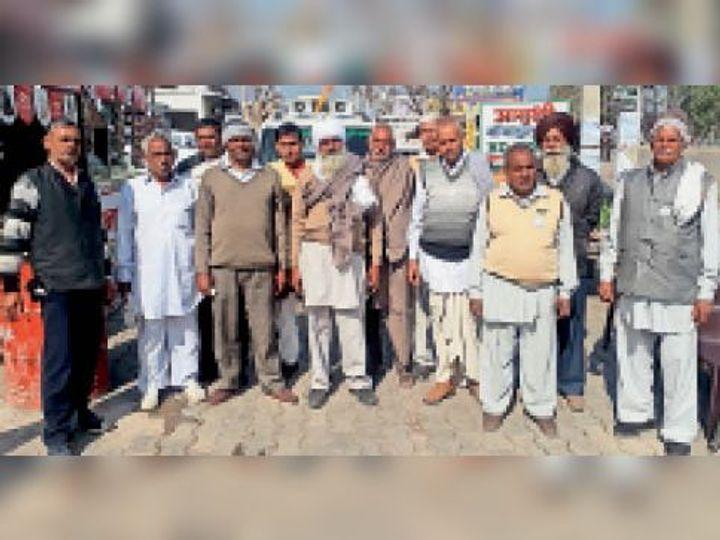 बाबैन | चक्का जाम में भाग लेने के लिए बाबैन से रवाना होते हुए व सरकार के खिलाफ नारेबाजी करते हुए भाकियू के अनेक नेता एंव किसान। - Dainik Bhaskar