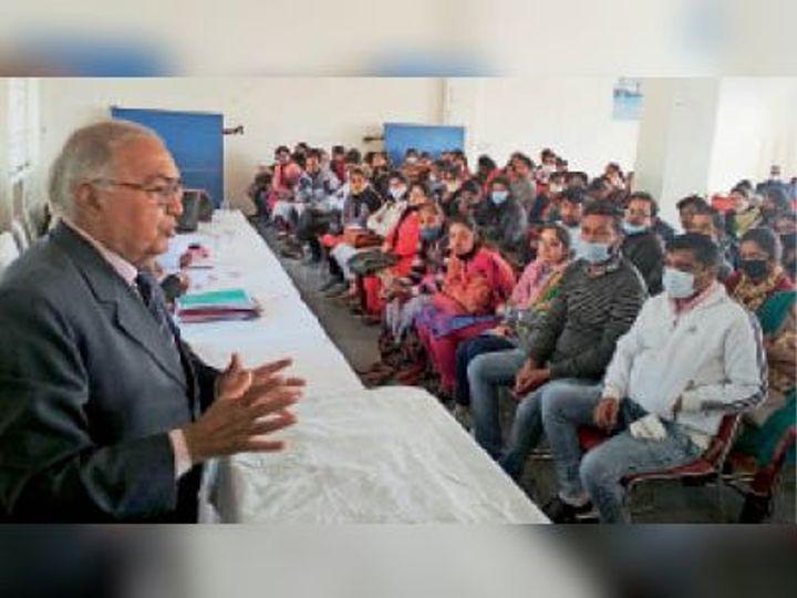 सैनी संस्था में चुनाव के दाैरान फाइनल रिहर्सल काे संबाेधित करते चुनाव अधिकारी जेपी सैनी। - Dainik Bhaskar