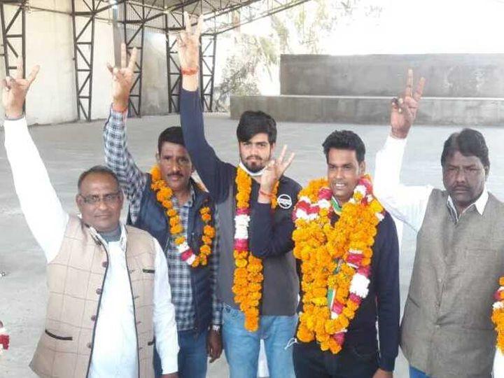 Kamlesh Sahu and others cheering after winning elections in Kekri - Dainik Bhaskar