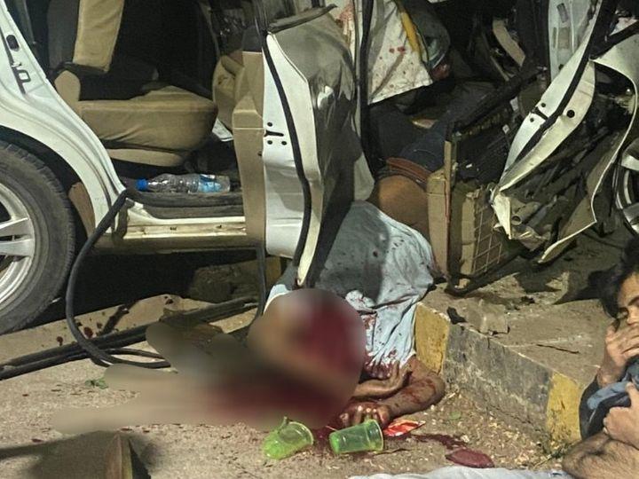 तस्वीर रायपुर की है। हादसे के बाद युवक का शव गाड़ी से बाहर लटका रहा। सिर पर गहरी चोट की वजह से युवक की मौत हो गई। - Dainik Bhaskar