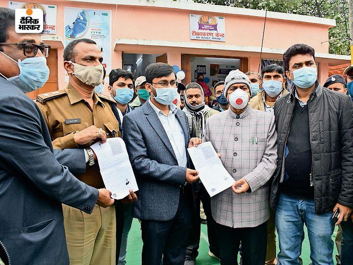 टीकाकारणे के बाद सर्टिफिकेट लेते डीएम सुब्रत कुमार सेन व अन्य अफसर। - Dainik Bhaskar