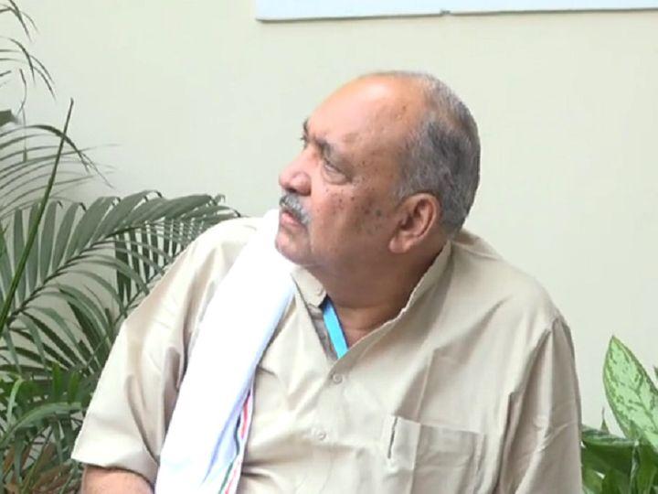 तस्वीर रायपुर की है। अपने बंगले में पत्रकारों से बात करते हुए मंत्री रविंद्र चौबे ने भाजपा पर गुटबाजी के तीर छोड़े। - Dainik Bhaskar