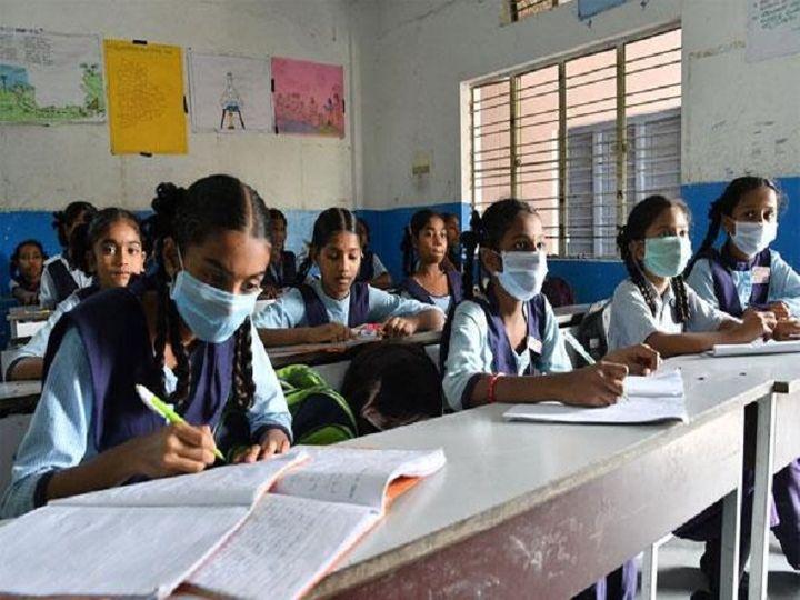 छत्तीसगढ़ में स्कूल मार्च से ही बंद है। बच्चों की पढ़ाई जारी रखने के लिए बीच में ऑनलाइन कक्षाएं और मोहल्ला स्कूल चलाए गये थे। - Dainik Bhaskar
