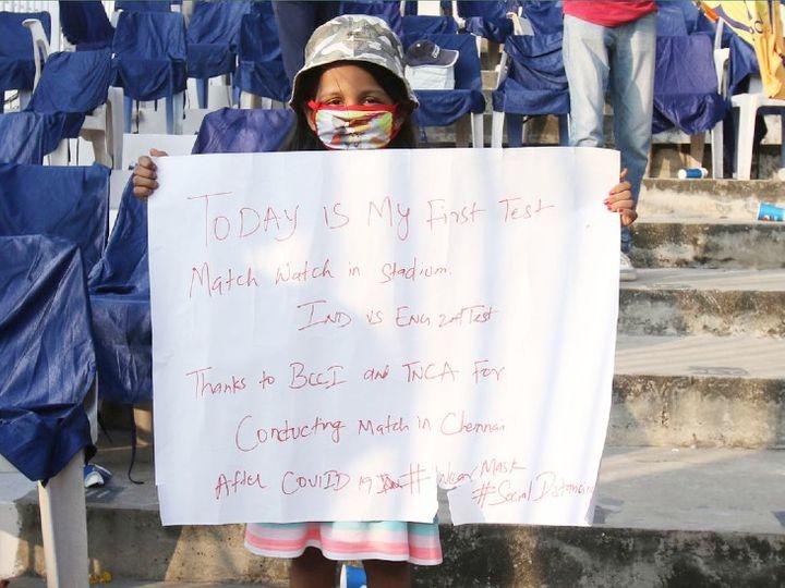 पहली बार स्टेडियम में क्रिकेट मैच देखने पहुंची नन्हीं फैन। BCCI को चेन्नई में मैच कराने के लिए धन्यवाद भी कहा। - Dainik Bhaskar