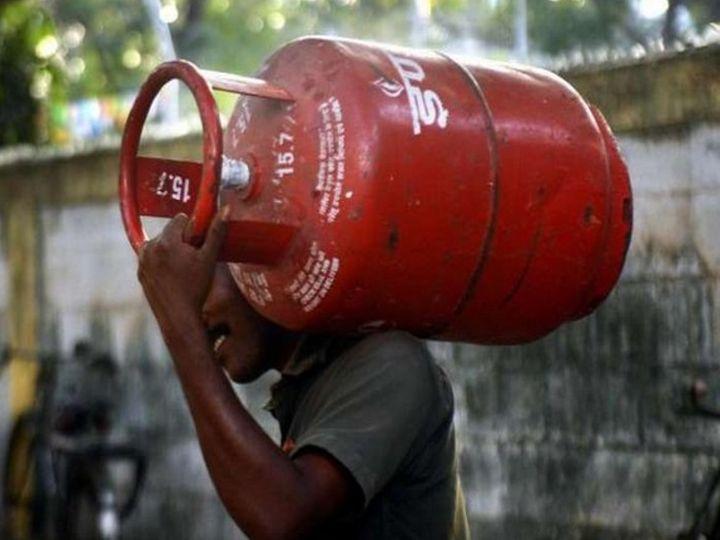 गैस सिलेंडर के दाम 4 फरवरी को 25 रुपए और 14 फरवरी को 50 रुपए बढ़ाए गए हैं। महज 10 दिन में गैस सिलेंडर 75 रुपए महंगा हो गया है। - Dainik Bhaskar