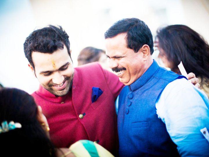 रोहित (बाएं) निजी कार्यक्रम में अपने कोच दिनेश लाड (दाएं) के साथ। - Dainik Bhaskar