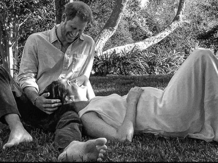 प्रिंस हैरी और उनकी पत्नी मेगन मर्केल ने सोशल मीडिया पर इस तस्वीर को शेयर कर अपने दोबारा पैरेंट्स बनने का ऐलान किया। - Dainik Bhaskar