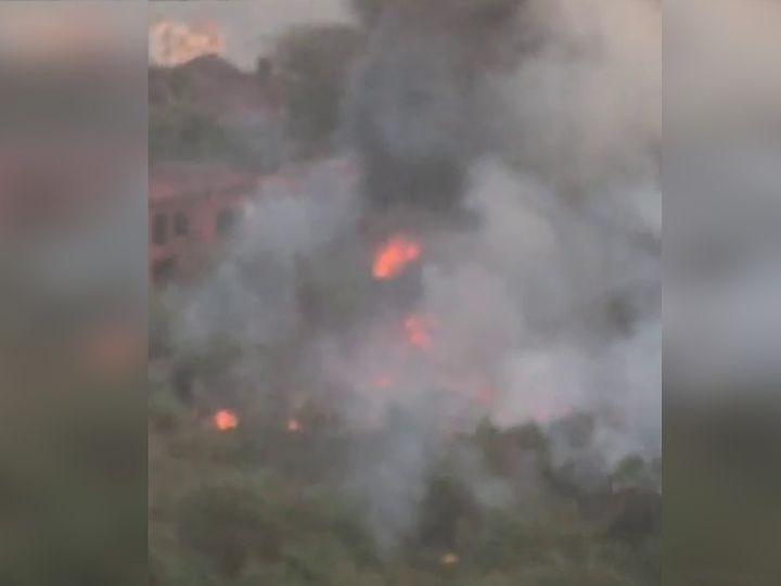 आग से पूरे इलाके के गहरा काला धुंआ फैल गया है। - Dainik Bhaskar