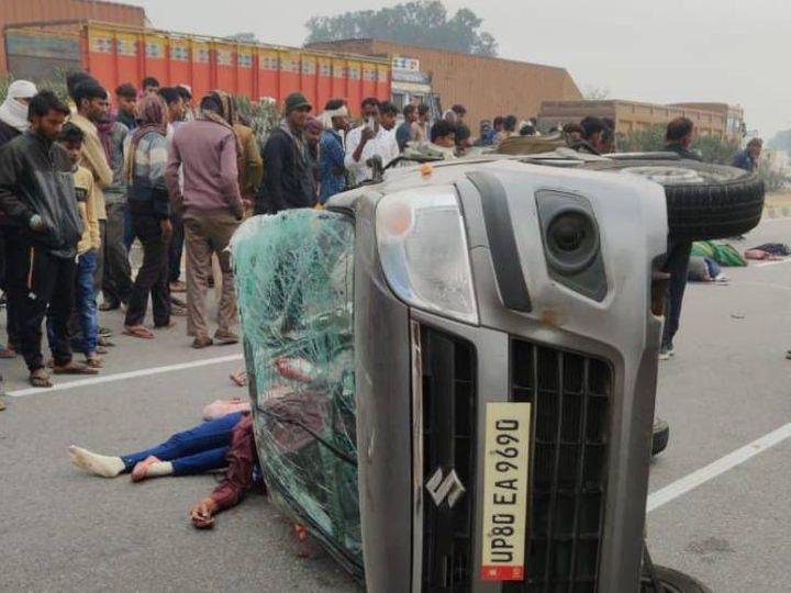 हादसे के बाद हाइवे पर पलटी कार। - Dainik Bhaskar