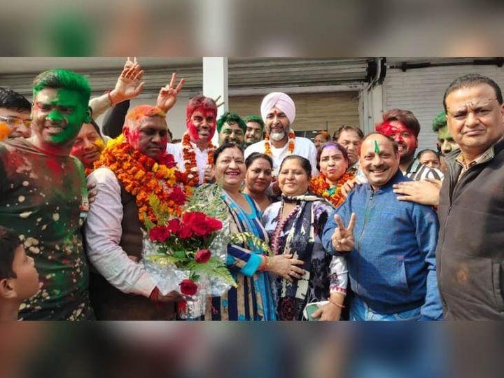 बठिंडा नगर निगम में कांग्रेस की जीत के बाद जीते पार्षदों को बधाई देने पहुंचे वित्तमंत्री मनप्रीत सिंह बादल। - Dainik Bhaskar