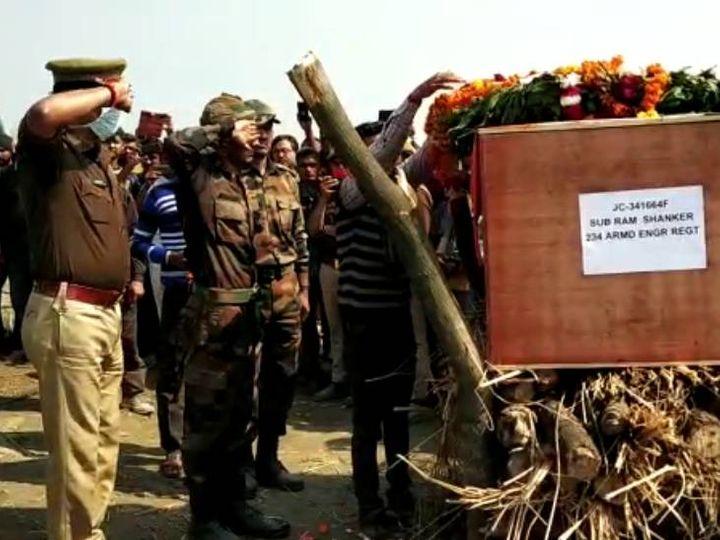 रायबरेली में सुबेदार रामशंकर द्विवेदी के पार्थिव शरीर को नमन करते उनके सेना की वर्दी में दोनों बेटे। - Dainik Bhaskar
