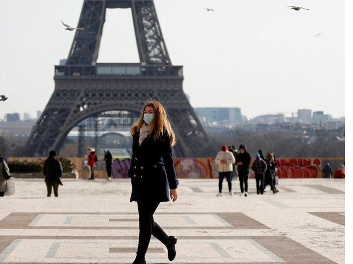 On February 11, the woman passed in front of the Eiffel Tower in Paris.  In France this week, the number of infected people has risen sharply.  The government has mandated mask, but has refused to take strict measures like lockdown.  - Dainik Bhaskar