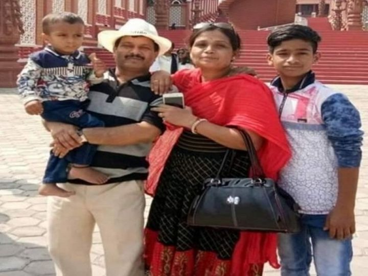 The bodies of Dr. Thorat, his wife and both sons were found in his house on Saturday morning.  - Dainik Bhaskar