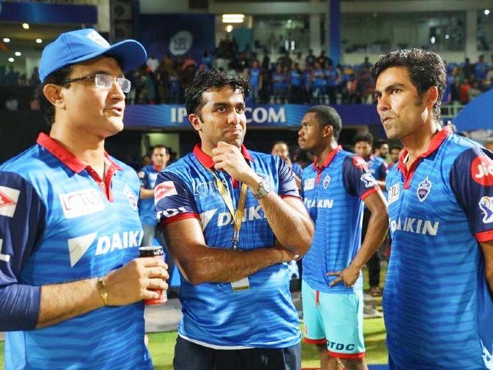 दिल्ली कैपिटल्स के मेंटर रहे सौरव गांगुली के साथ टीम के को-ओनर पार्थ जिंदल (बीच में) और सहायक कोच मोहम्मद कैफ। -फाइल फोटो - Dainik Bhaskar