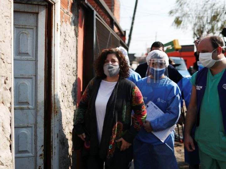 The photo is from Argentina.  Here, Carla Vizotti, Secretary of the Ministry of Health is going door-to-door to get information about the symptoms of corona.  - Dainik Bhaskar