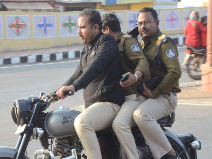 बुलट पर वर्दी पहनकर ट्रिपल सीट घूमते पुलिस जवान, यातायात नियमों को दिखा रहे ठेंगा, दो जवान लाइन अटैच - Dainik Bhaskar