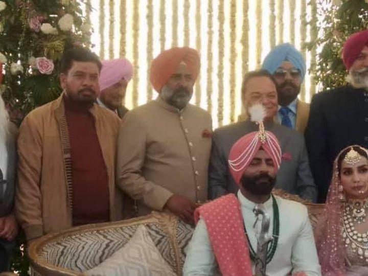 शादी समारोह के दौरान बेटे हरताज सिंह के पीछे खड़े विधायक प्रगट सिंह, सांसद चौधरी संतोख सिंह व अन्य मेहमान। - Dainik Bhaskar