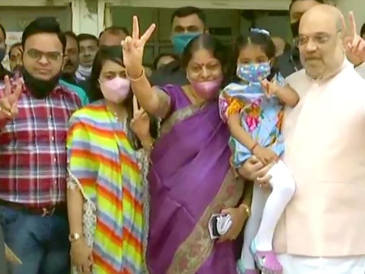 Home Minister Amit Shah arrived in Ahmedabad's Naranpura to vote with wife and son-in-law.  - Dainik Bhaskar