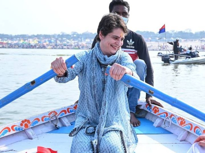 On February 11, Priyanka Gandhi held the hull of the boat in her hands after bathing in Sangam.  - Dainik Bhaskar