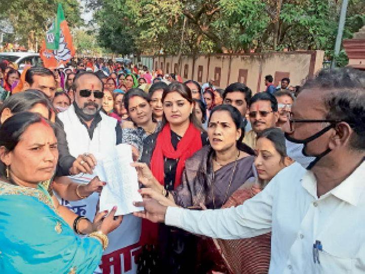 कवर्धा. धरना प्रदर्शन के बाद महिला मोर्चा ने पैदल मार्च कर राज्यपाल के नाम तहसीलदार को सौंपा ज्ञापन। - Dainik Bhaskar