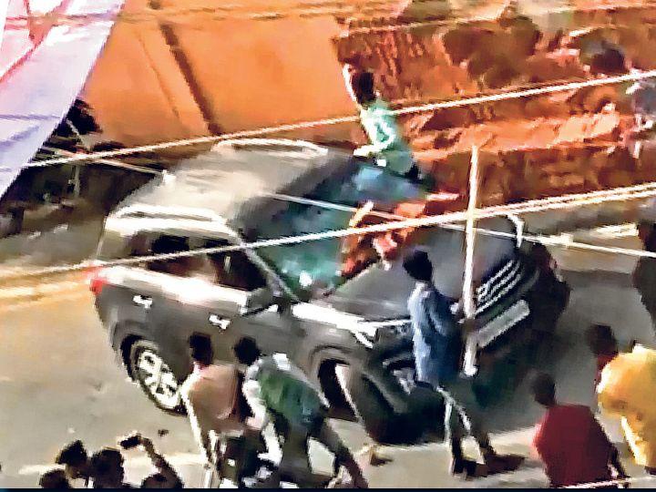 हंगामा कर रहे कई मैट्रिक परीक्षार्थियों के हाथ में बांस और डंडा भी था। उनके सामने जो भी गाड़ी आई उसमें तोड़फोड़ की। - Dainik Bhaskar