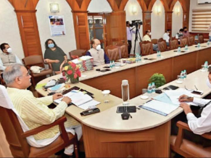 नीति आयोग की बैठक में पीएम मोदी से चर्चा करते सीएम भूपेश। - Dainik Bhaskar