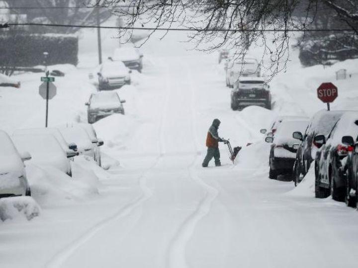 फोटो टेक्सास की है। यहां सड़कों पर बर्फ की मोटी चादर बिछ गई है। - Dainik Bhaskar