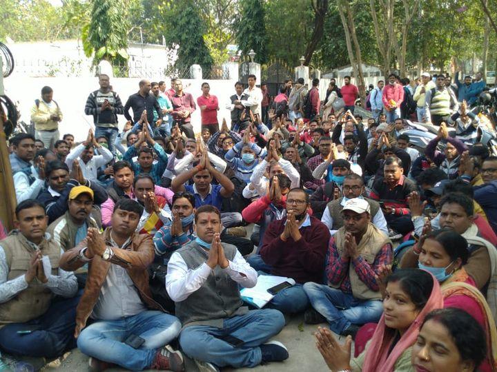 झारखंड के 11 गैर अधिसूचित जिले के अभ्यर्थी मंत्री के आवास के सामने सुबह से ही प्रदर्शन कर रहे हैं। - Dainik Bhaskar